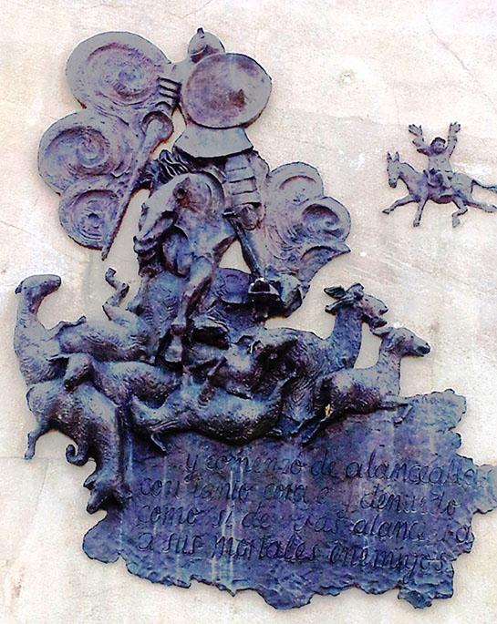 En este bajorrelieve de Pepe Noja, del monumento a Cervantes de Alcalá de Henares, se vive la escena, casi una previsión de los bombardeos devastadores de las ciudades alemanas en la IIGM.